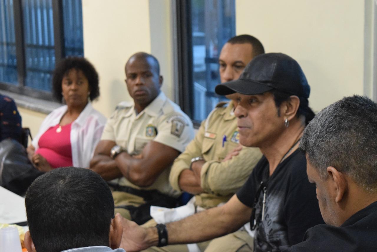Servidores se reúnem com cantor Elymar Santos para esclarecer ação em viaduto de Ramos