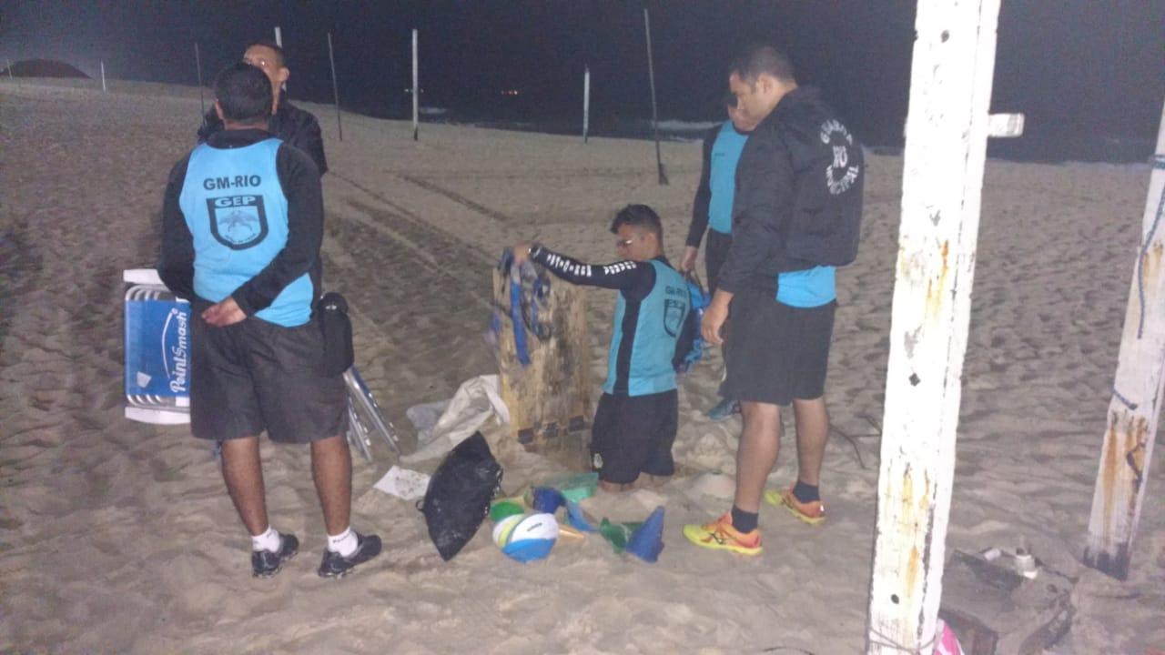 Guarda Municipal apreende 263 produtos enterrados na areia da Praia de Ipanema