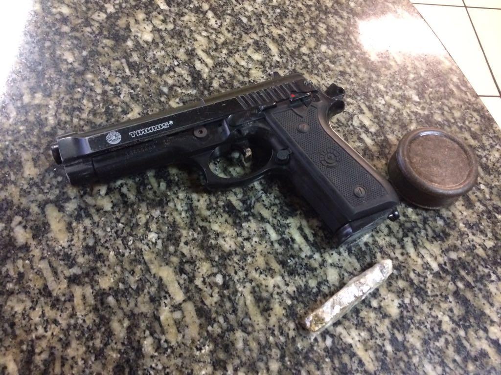 Guardas municipais detêm homem com arma falsa no entorno do Parque Madureira