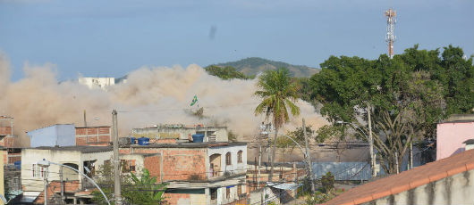 Prefeito acompanha implosão de cinco prédios do Complexo Jambalaia