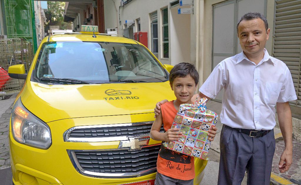 Parceria da TAXI.RIO com a ONG Voluntários da Alegria entrega brinquedos para pacientes em hospital
