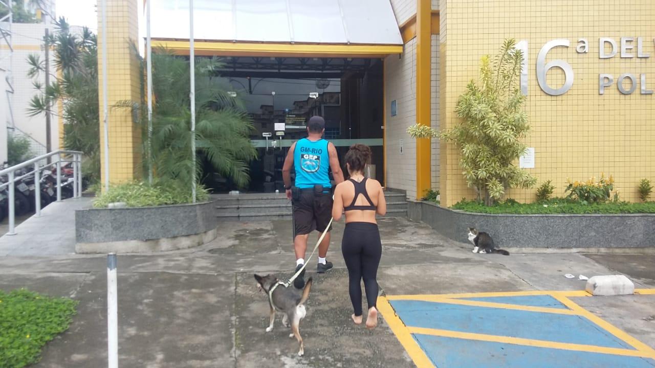 Jovem é conduzida para delegacia após desobedecer orientação para retirar cão de praia na Barra da T