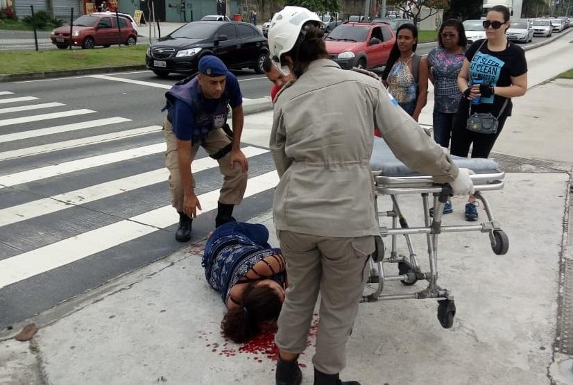 Guardas atuam no socorro a mulher após queda na estação Parque Olímpico do BRT