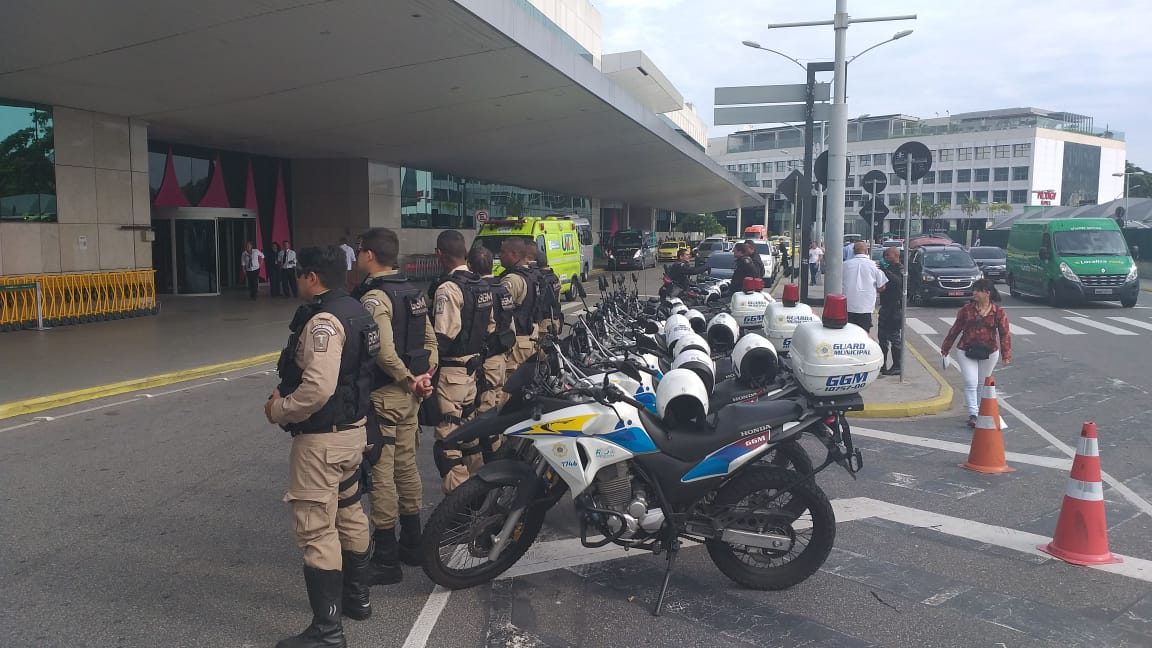 Guardas escoltam ambulância de transporte de órgãos até o aeroporto