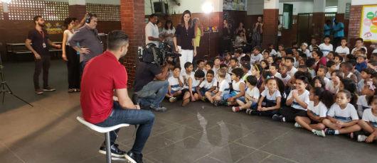 Alunos de escola municipal viram repórteres e entrevistam camisa 10 do Flamengo