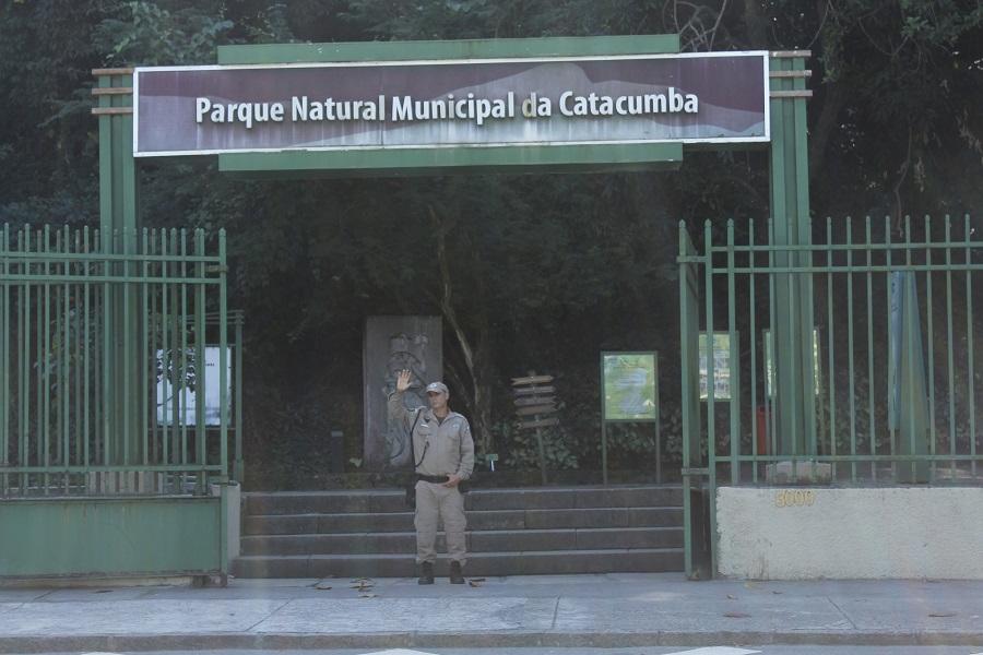 Guarda cria bebedouro que virou ponto de observação de pássaros no Parque da Catacumba