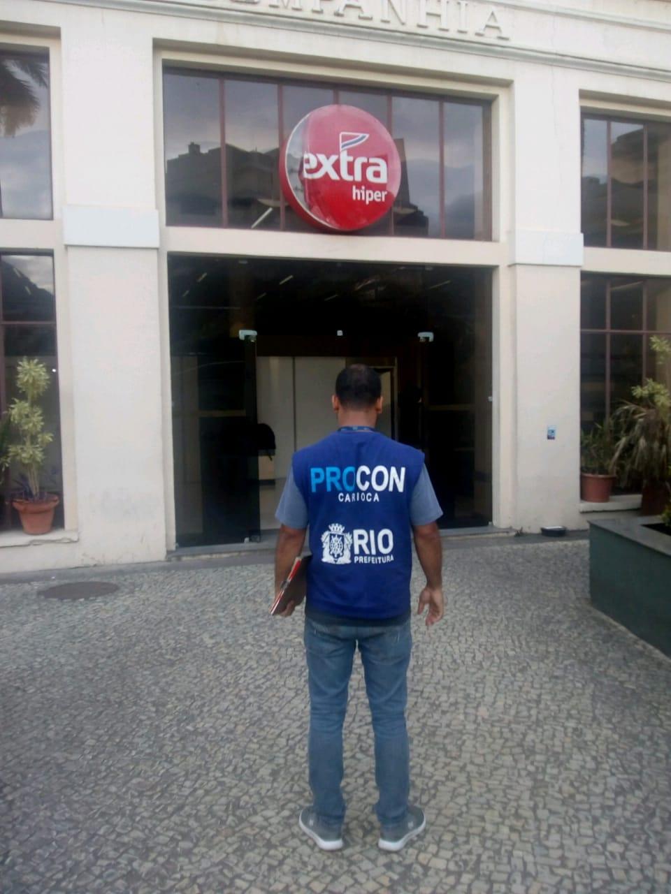 Procon Carioca encontra baratas e descarta 143 quilos de alimentos no Extra
