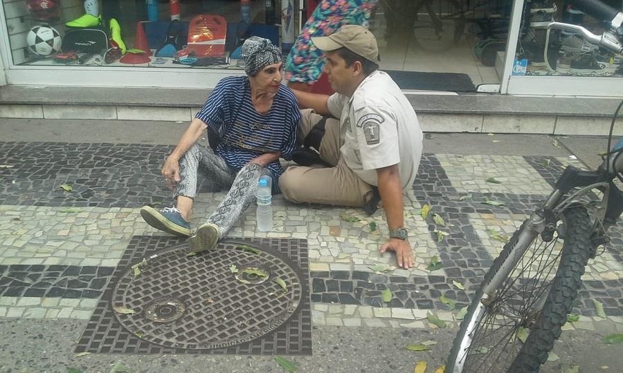 Guarda municipal presta auxílio à idosa e recebe elogios nas redes sociais