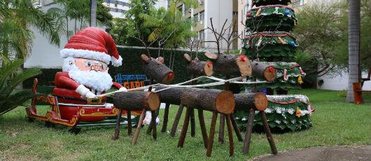 Garis da Comlurb transformam lixo e pneus em arte de Natal
