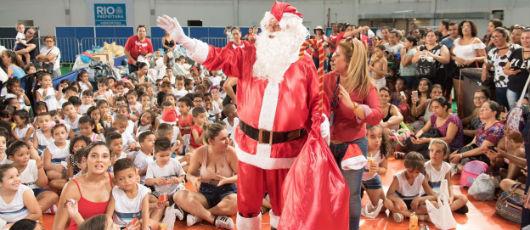Papai Noel encanta o Natal de duas mil crianças na Arena Carioca 3