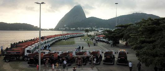 Crivella apresenta nova frota da Comlurb: Rio está saindo da crise