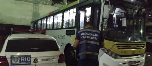 Ação da SMTR resulta em 23 ônibus lacrados em garagem no Grajaú