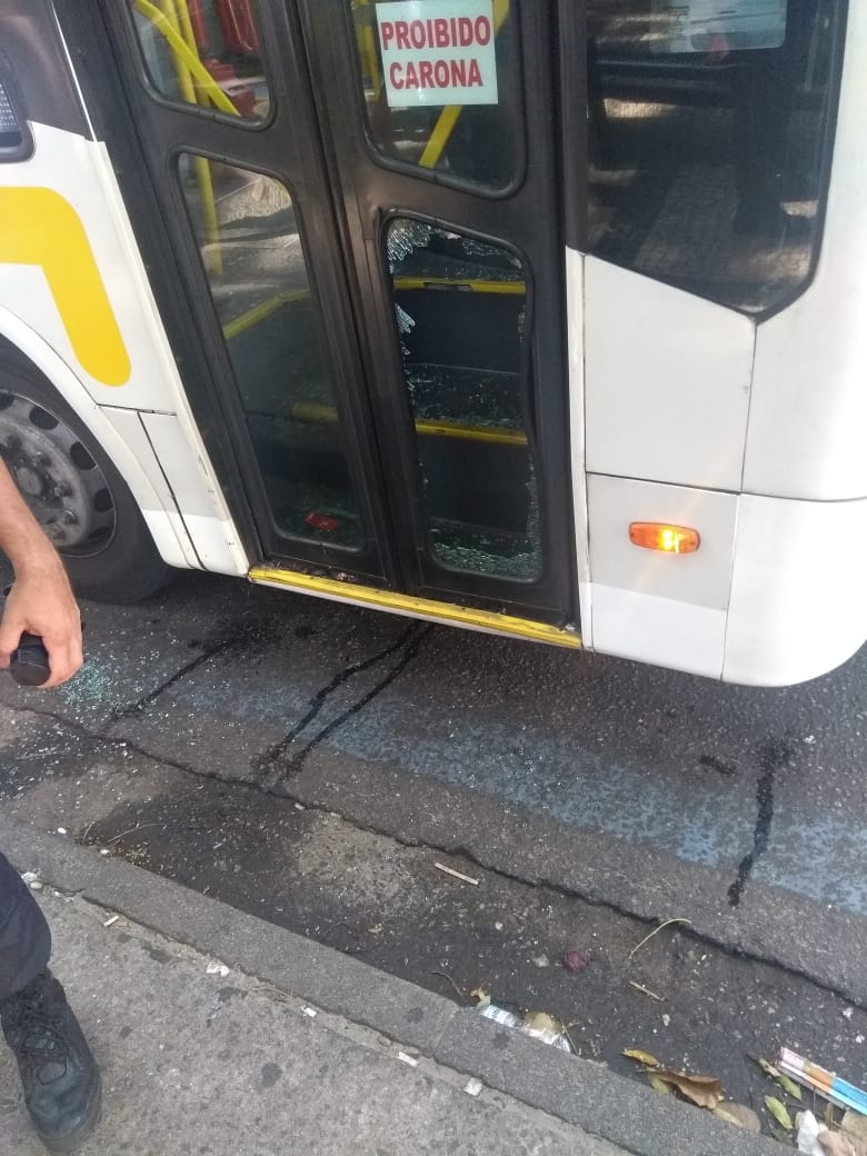 Guardas do Lixo Zero prendem homem que quebrou vidro de ônibus em Copacabana