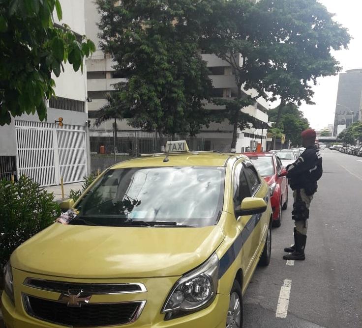 Guardas motociclistas identificam e recuperam táxi roubado na Cidade Nova