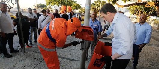 Ruas e praias do Rio ganham 15 mil papeleiras e 12 mil contêineres de lixo