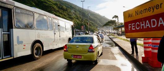 Crivella reabre Avenida Niemeyer ao trânsito