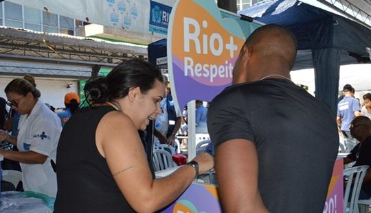 Prefeitura do Rio leva serviço contra LGBTfobia e prevenção às DSTs para o calçadão de Bangu