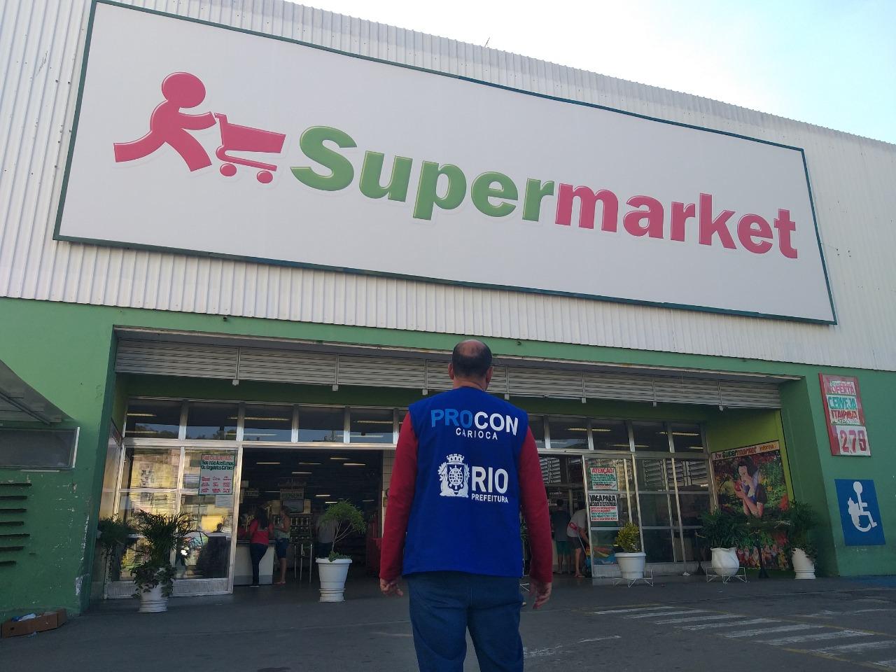 Procon Carioca notifica supermercados com alimentos vencidos, baratas e cobrança irregular das sacol